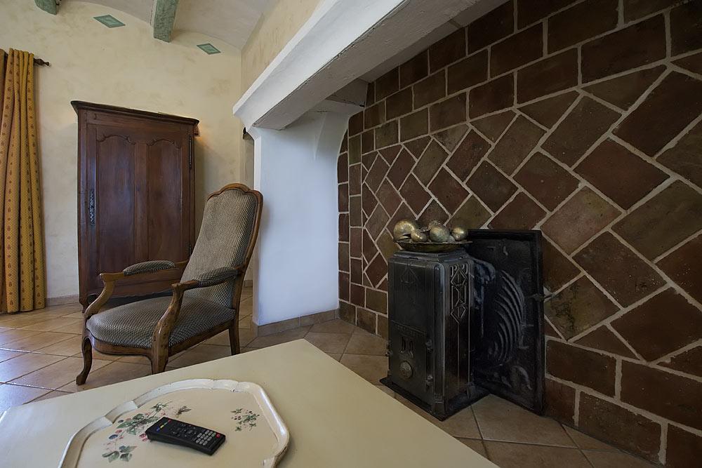 Une fauteuil au salon aux Treilles au Mas de la Baillyde, gîtes de charme en Cévennes