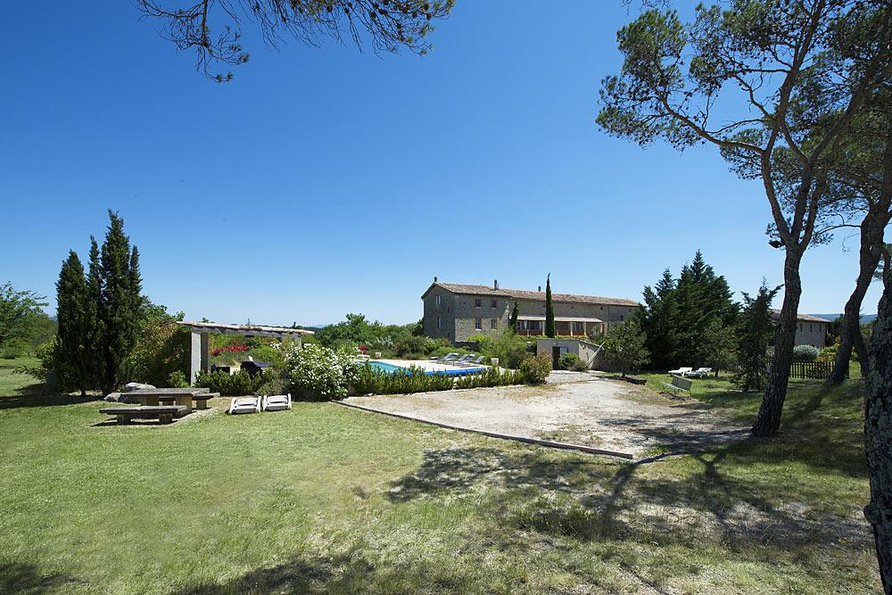 Vue de la boulodrome, la piscine et le jardin au Mas de la Baillyde, gîtes de charme en Cévennes
