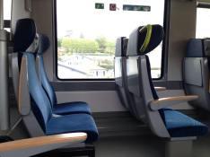 Pilih Tempat Duduk Kereta Api yang bebas ruang gerak untuk kaki