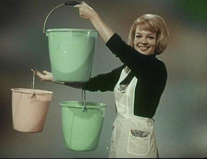DONNA CON SECCHIELLI – da Carosello Moplen,1966 (Fotogramma dall'Archivio Nazionale Cinema d'Impresa © Fondo Edison)