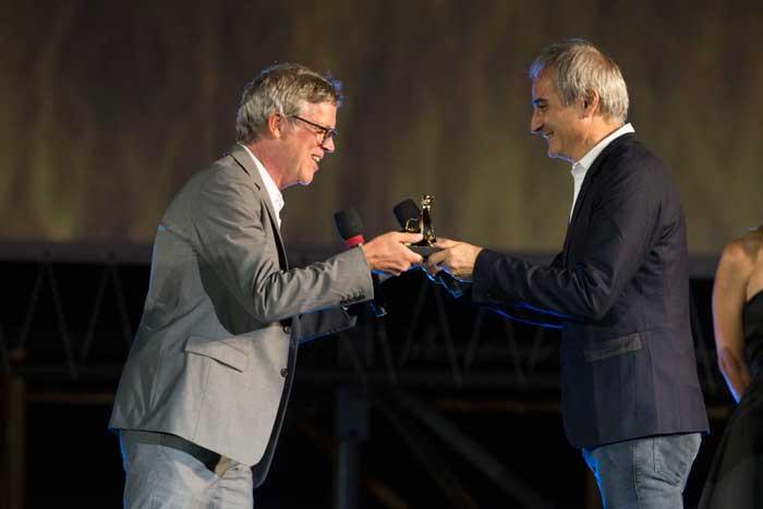 Todd Haynes riceve il Pardo da Olivier Assayas - Ph: courtesy of Locarno Festival