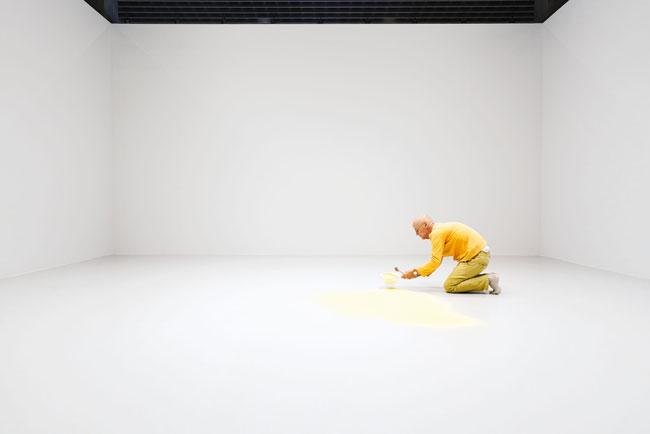 Wolfgang Laib durante l'allestimento dell'opera Polline di pino © 2017 Hartmut Nägele