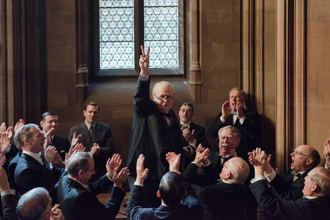 Gary Oldman è Winston Churchill nel film L'ora più buia