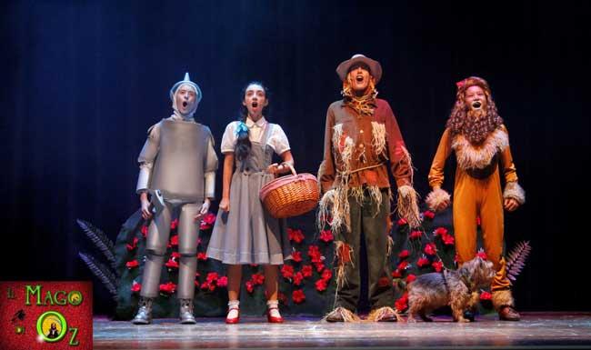 Il mago di Oz: Dorothy e Toto, insieme allo Spaventapasseri, l'Uomo di latta, e Il Leone Codardo dopo aver superato il campo di papaveri