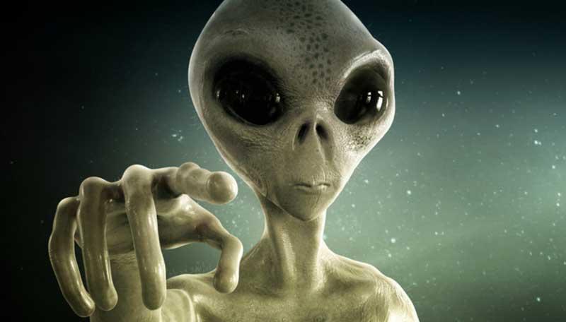 uno degli alieni in mostra a Milano