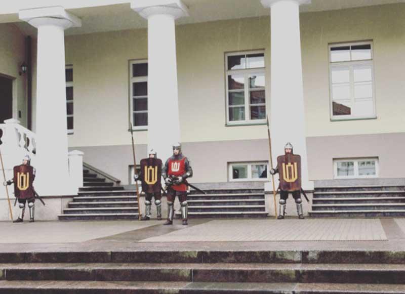 i cavalieri in armatura sui gradini del Palazzo Presidenziale di Vilnius - Photo by Anna Falciasecca