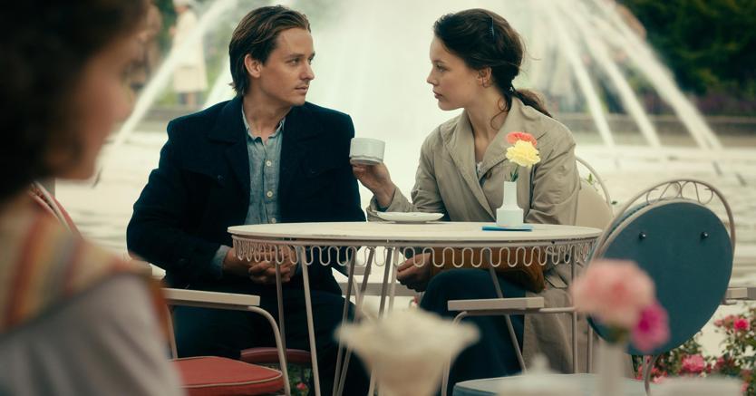 Tom Schilling e Paula Beer in una scena del film Opera senza autore