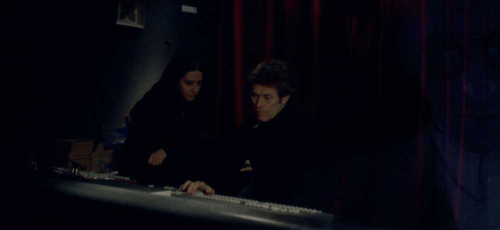 Giada Colagrande e Willem Dafoe in una scena del film Padre