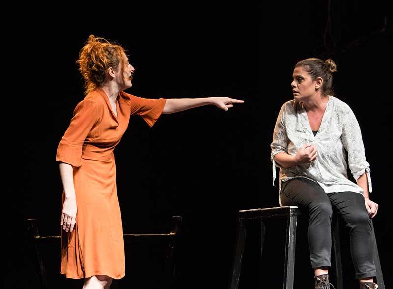 Valentina Picello e Chiara Stoppa nello spettacolo Aldilà di tutto al Teatro LaCucina