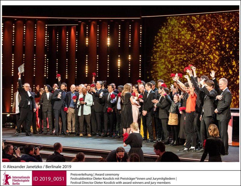 Berlinale 2019: il direttore Dieter Kosslick sul palco con i vincitori e i membri della giuria © Alexander Janetzko