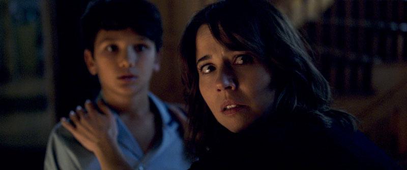 ROMAN CHRISTOU e LINDA CARDELLINI nel film horror La Llorona - Photo: courtesy of Warner Bros. Pictures