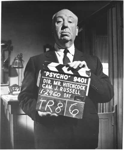 Alfred Hitchcock regge un ciak durante le riprese di Psyco (1960) Psyco © Universal Pictures