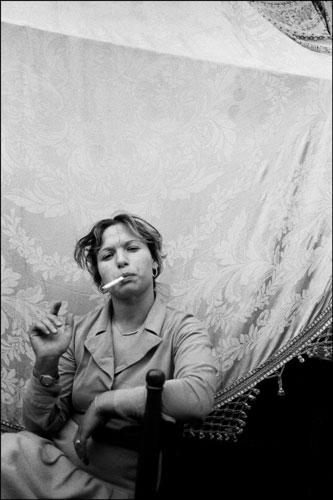 Letizia Battaglia, Donna che fuma, Catania, 1984. © Letizia Battaglia