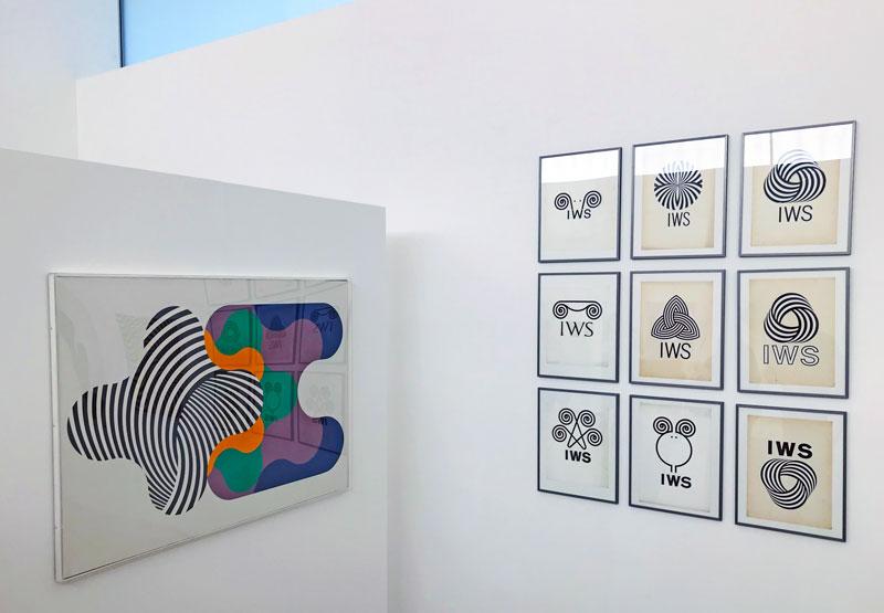 Alcune opere in mostra. A destra: gli studi per il marchio Pura Lana Vergine - Photo © MaSeDomani
