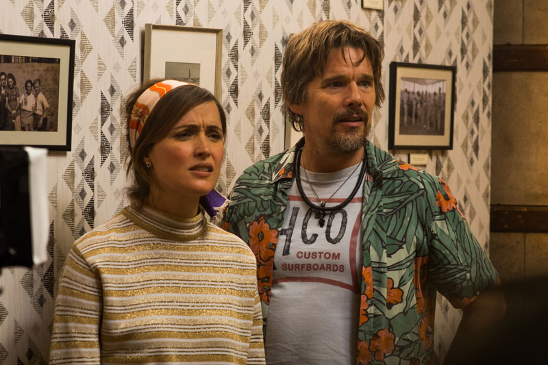Rose Byrne e Ethan Hawke nel film Juliet Naked - Photo: courtesy of BIM