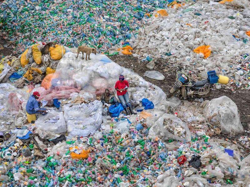 Dandora Landfill #3, Plastic Recycling, Nairobi, Kenya 2016. Photo © Edward Burtynsky, courtesy Admira Photography, Milan / Nicholas Metivier Gallery, Toronto.