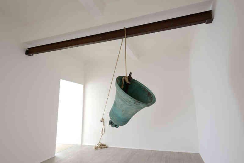 Mostre in Toscana - Claudio Parmiggiani, Senza titolo, 2014, campana di bronzo e corda, 80 cm h, diametro 80 cm