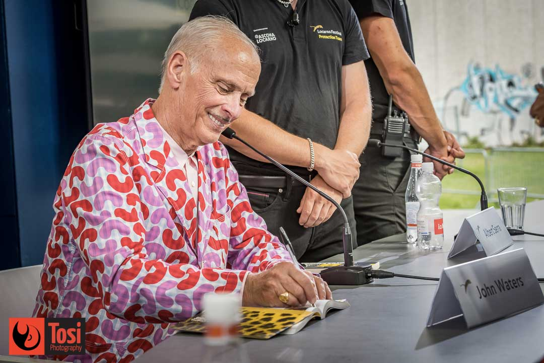 John Waters firma gli autografi a fine Conversation © Tosi Photography