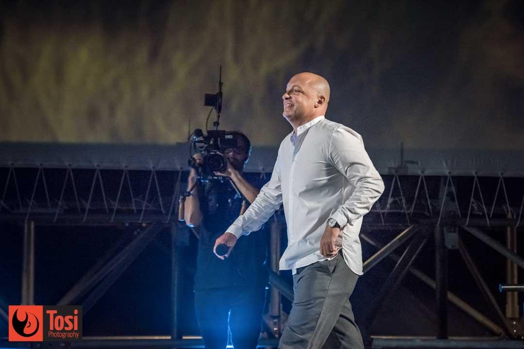 Fulvio Bernasconi sale sul palco di Piazza Grande per ricevere il Premio Cinema Ticino 2019 © Tosi Photography