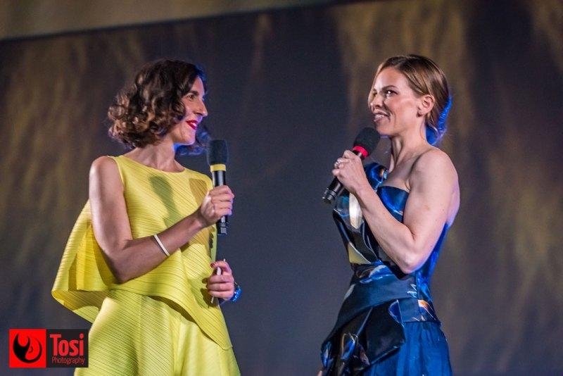 Hilary Swank con Lili Hinstin sul palco di Piazza Grande © Tosi Photography