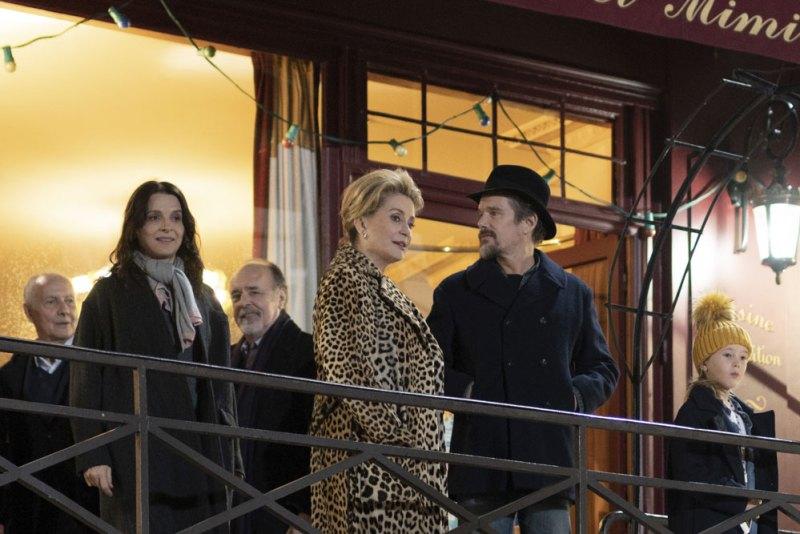Juliette Binoche, Catherine Deneuve e Ethan Hawke in una scena del film Le Verità - Photo: L.Champoussin ©