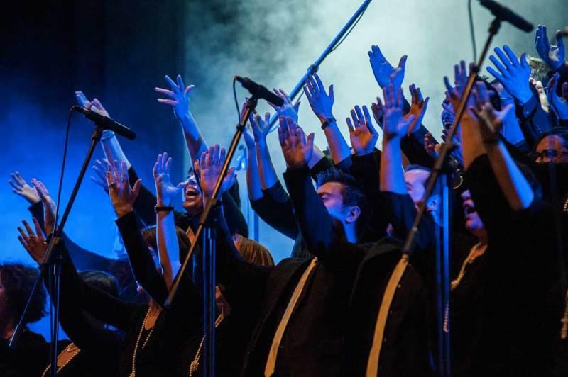 Tra gli spettacoli al Teatro Delfino anche Live for love. Nella foto: il coro