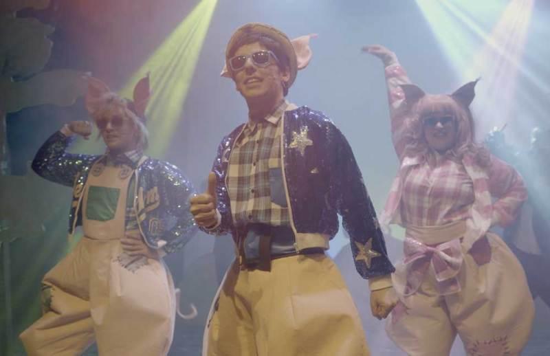 Una scena dello spettacolo I tre porcellini... un musical curvy