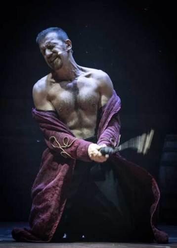 Simone Leonardi in una scena del musical Sweeney Todd - Foto di Marco Borrelli