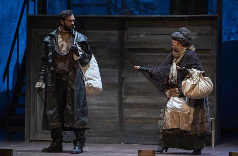 Annalisa Cucchiaria in una scena del musical Sweeney Todd - Foto di Marco Borrelli