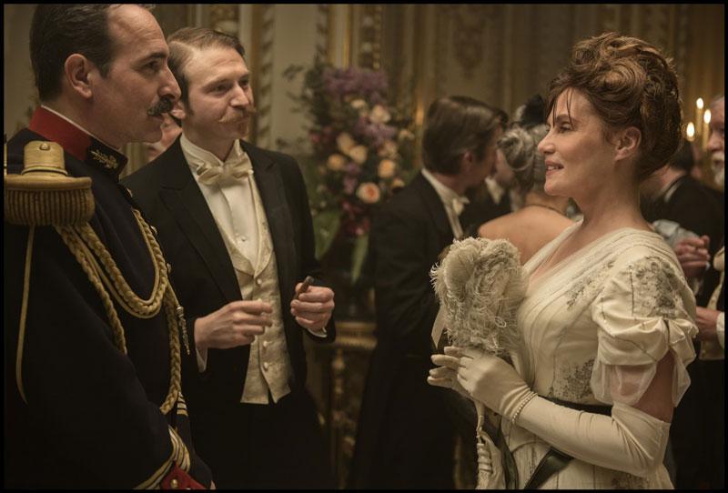 Jean Dujardin e Emmanuelle Seigner in una scena del film - Photo: courtesy of 01 Distribution