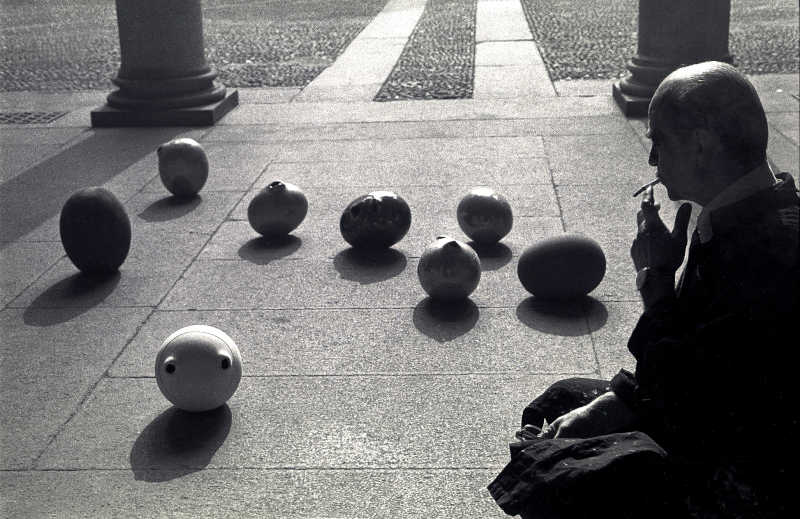 Lucio Fontana nel suo studio © Archivio Carlo Orsi