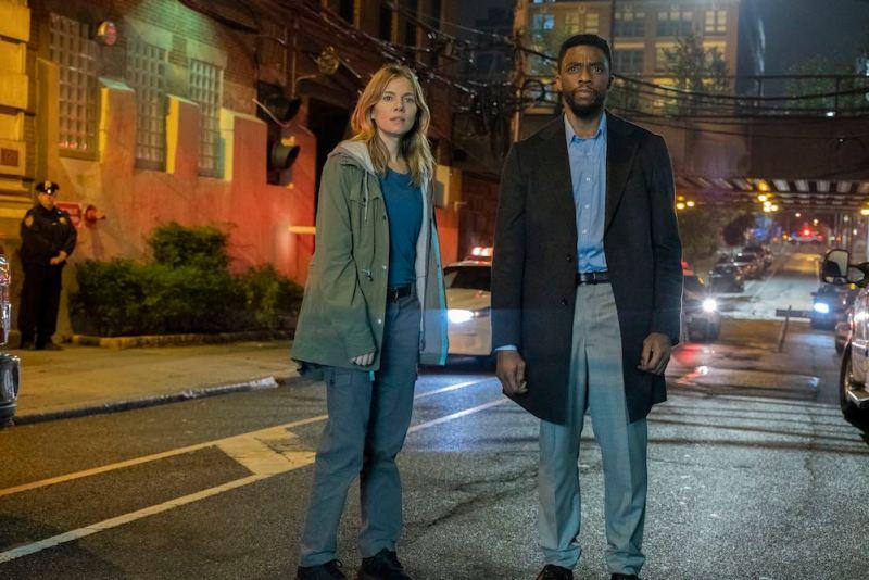 Sienna Miller e Chadwick Boseman star in una scena di City of Crime - Photo: Universal Pictures.