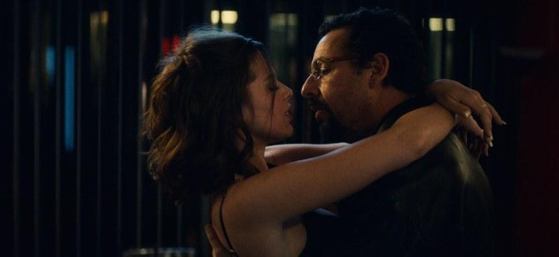 Julia Fox e Adam Sandler in una scena del film Diamanti Grezzi (Uncut Gems) - Photo: courtesy of Netflix