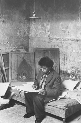 Ernst Scheidegger Alberto Giacometti nel suo atelier di Parigi, 1951 Stampa fotografica su carta, ristampa 42 x 28 cm Photograph by Ernst Scheidegger © 2020 Stiftung Ernst Scheidegger-Archiv, Zürich