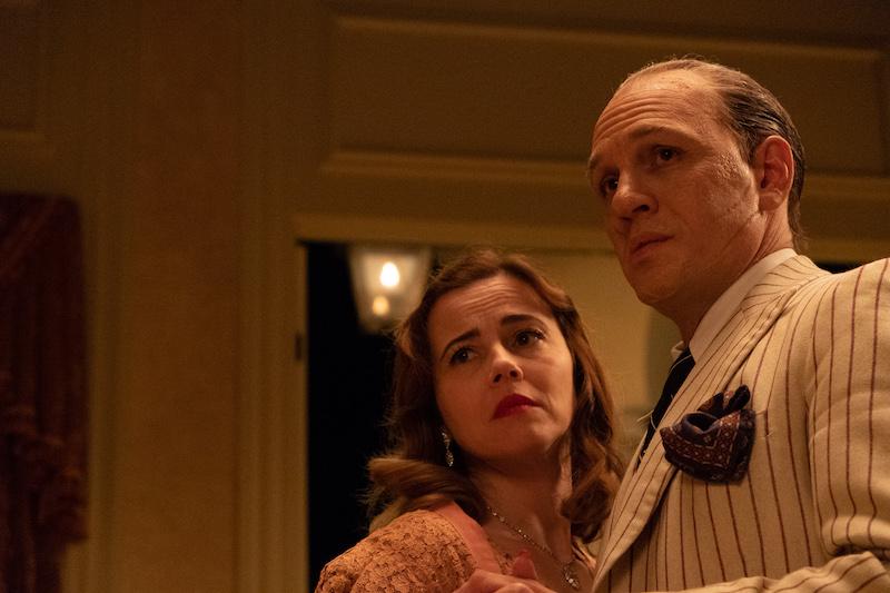 Linda Cardellini e Tom Hardy in una scena del film CAPONE in prima TV su Sky Cinema