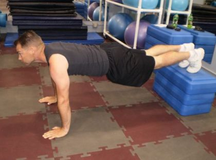 Posición de flexiones con pies elevados