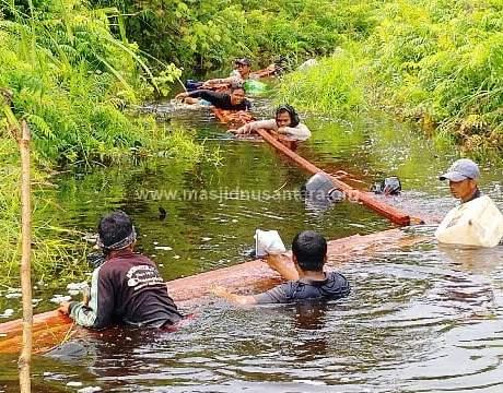 Pikul Kayu Dari Hutan, Lewati Sungai Berbahaya, Demi Bangun Masjid Tercinta