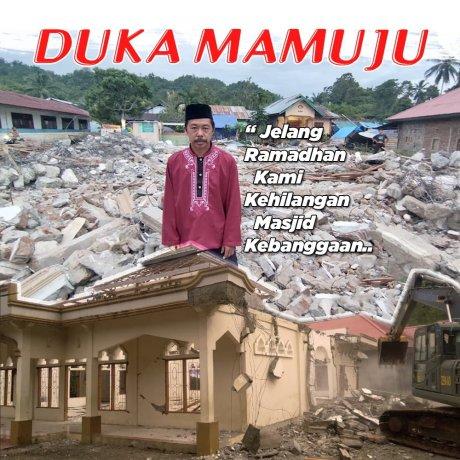 Waswas, warga sholat diantara reruntuhan bangunan gempa Mamuju