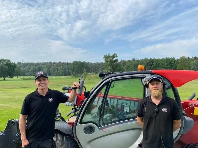 : Jonas Håkansson (t.v) arbetar som banchef på Djursholms Golfklubb och Olle Sundström (t.h) som banarbetare