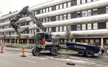 210113 Grå och blåmetallic EW160E med föraren Henrik Kristofferson från Kristiansson Entreprenad, den 13 januari 2021 i Göteborg. Foto: Peter Holgersson AB
