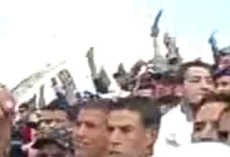 مظاهرة الجزائريين في السودان بالسكاكين ضد الجمهور المصري | فيديو