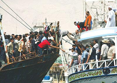 ليبيا تعتقل 13 صيادا مصريا من كفر الشيخ