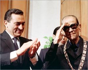 نجيب محفوظ اثناء تكريمه من الرئيس مبارك