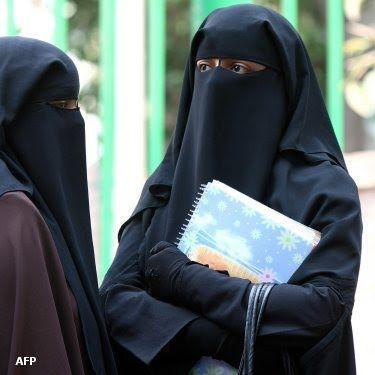 مطالب بقرار يمنع النقاب في الاماكن العامة باعتباره تشويه للاسلام
