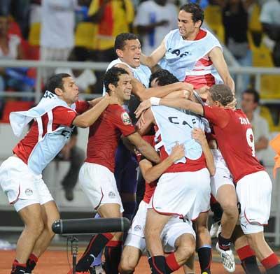 بالصور احتفالات المصريين بالفوز .. فيديو | انجولا 2010