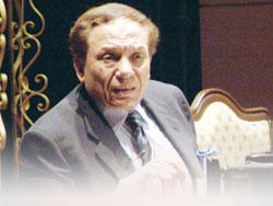 عادل امام ينفي علاقة الشيخة موزة بـ فيلم فرقة ناجي عطاالله