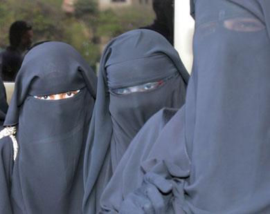 طالبات منقبات يتحايلن على قرارات الوزير بكمامة انفلونزا الخنازير