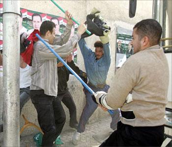 7 بلطجية.. يثيرون الرعب في الإسماعيلية استوقفوا سائق تاكسي وانهـالوا عليه طعنا بالأسلحة البيضاء