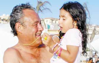 فاروق الفيشاوي مع حفيدته لينا بنت احمد الفيشاوي و هند الحناوي