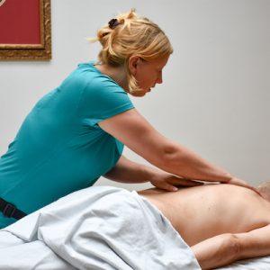 massage, ontspanningsmassage, vrouw masseert, masseren,